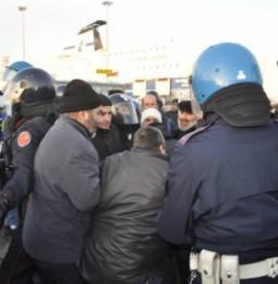 Voi non potete entrare: la polizia carica e respinge con violenza i pastori sardi
