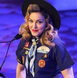 Madonna si veste da boy scout per protestare contro il divieto ai gay