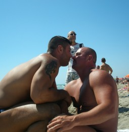 Sardegna: baci gay, i bagnanti chiamano il 112
