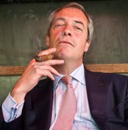 """Ian McKellen a Farage: """"Sos antzianos in dificultade cun sos omosessuales? Forsis dias dèvere essire de prus"""""""