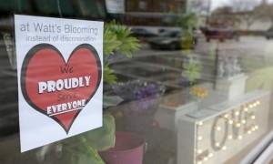 """Un negozio schierato contro la legge """"Serviamo tutti orgogliosamente"""""""